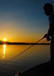 Barschangeln in der Abendsonne am See Ören beim Urlaub in Haus Pettersvik in Schweden.