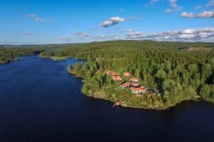 Flugbild vom südlichen Bunn in Schweden und unseren Ferienhäusern am See auf der Aspudden.