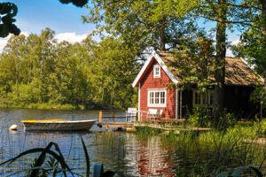 Das Ferienhaus Villa Kunterbunt in Schweden am See mit Zaun für 2 Familien und einen Urlaub mit Hund.