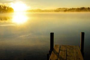 Der Steg des Ferienhauses Eken im Sonnenaufgang in Alleinlage am See Bunn in Schweden.