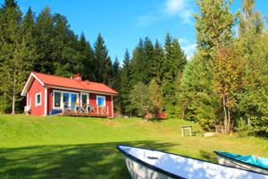 Vor dem Ferienhaus Sjöstugan in Schweden am See Bunn befindet sich ein Terrasse mit Seeblick.