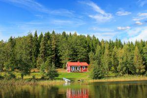 Das Ferienhaus Sjöstugan in Schweden am See ohne direkte Nachbarn mitten in der Natur umegeben von Wasser, Wald und Weiden.
