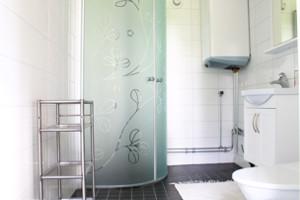 Das moderne Badezimmer des Hauses Sjöstugan.