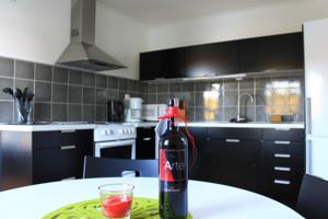 Die moderne Küche des Ferienhauses Sjöstugan am See in Schweden ist mit allem nötigen ausgestattet.