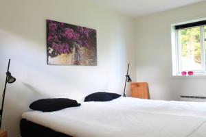 Doppelbett im Schlafzimmer des Ferienhaus Sjöstugan am See Bunn.