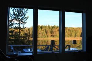 Seeblick auf den See Bunn aus dem Wohnzimmer des Ferienhauses in Schweden.