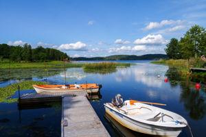 Die Ferienhäuser Bullerbü und Michel am See Sommen mit Boot zum Angeln in Schweden.
