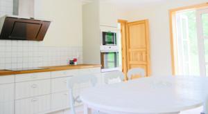 Die Küche des Ferienhauses mit Geschirrspüler ist mit allem ausgestatet was man zum kochen benötigt.