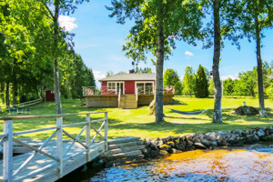 Der Badeplatz direkt vor dem Ferienhaus am See Saljen in Schweden und der Steg mit Leiter laden zum baden ein.