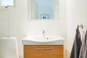 Modernes Badezimmer mit Dusche, WC und Waschbecken in unserem Schweden Ferienhaus.
