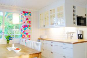 Die moderne Küche mit Geschirrspüler und Seeblick verfügt über alles was man in einem Schweden Ferienhaus am See benötigt.