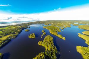 Luftbild vom Seensystem Bunn - Ören mit dem Vättern See und der Insel Visingsö im Hintergrund.