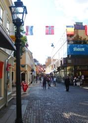 Shopping im historischen Stadtzentrum von Jönköping, Schweden